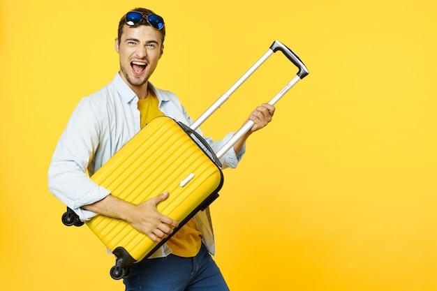 Mężczyzna podróżnik z walizką
