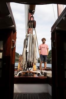 Mężczyzna podróżujący łodzią w san sebastian