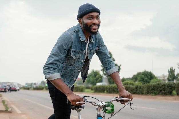 Mężczyzna podróżujący rowerem średni strzał