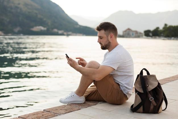 Mężczyzna podróżujący samotnie po czarnogórze