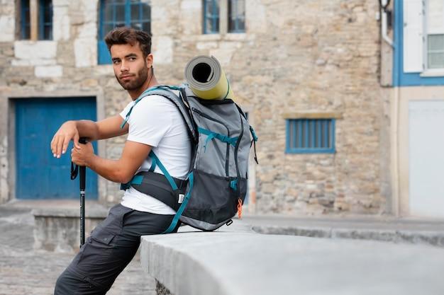 Mężczyzna podróżujący samotnie w mutriku z niezbędnymi rzeczami w plecaku
