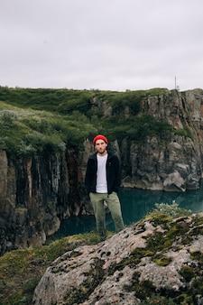 Mężczyzna podróżujący spaceruje po islandzkim krajobrazie