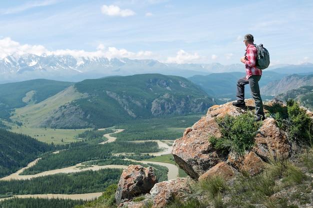 Mężczyzna podróżujący z plecakiem wędrówki po górach aktywny zdrowy styl życia przygoda podróż wakacje.