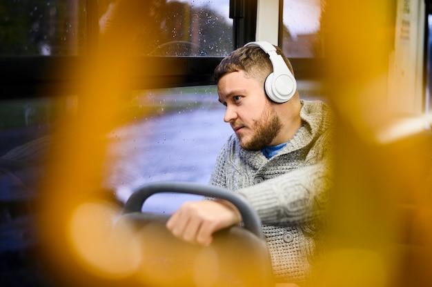 Mężczyzna podróżuje autobusem ze słuchawkami