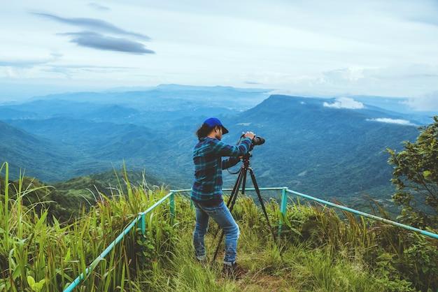 Mężczyzna podróżuje po azji w czasie wakacji. fotografia krajobraz na moutain.thailand