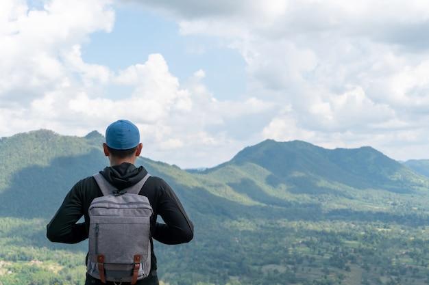 Mężczyzna podróżuje po całym świecie z plecakiem i relaksując się.