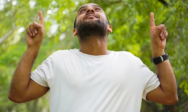 Mężczyzna pokazujący coś, używając dłoni na górze