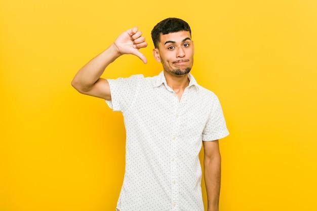 Mężczyzna pokazujący gest niechęci