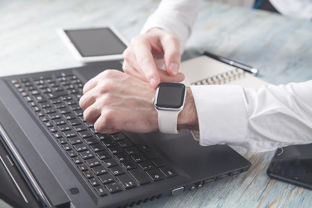 Mężczyzna pokazujący inteligentny zegarek. styl życia. biznes. technologia