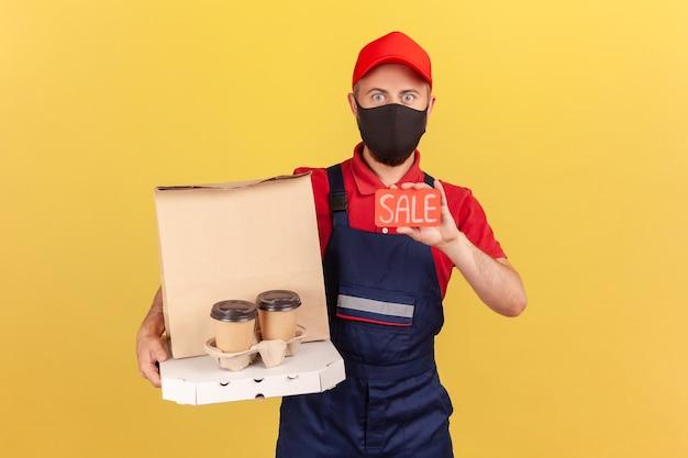 Mężczyzna pokazujący kartę rabatową sprzedaży trzymający zniżkę na kawę i pizzę przy zamawianiu dostawy