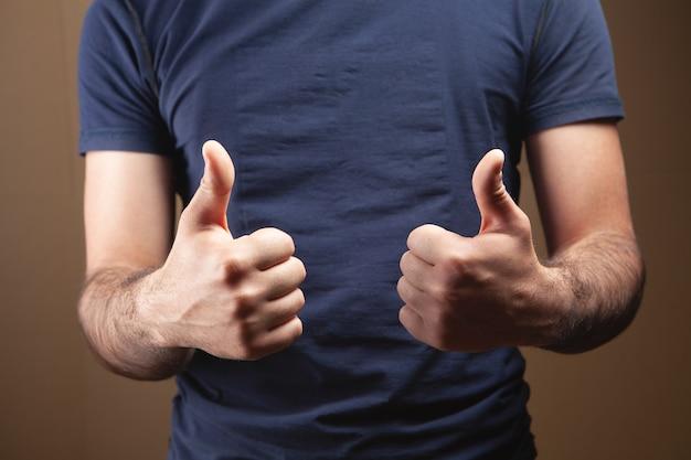 Mężczyzna pokazujący kciuk w górę