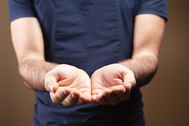Mężczyzna pokazujący puste dłonie