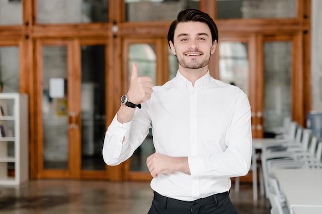 Mężczyzna pokazuje aprobaty w biurze