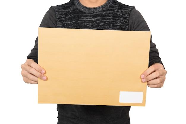 Mężczyzna pokazuje brown kopertę