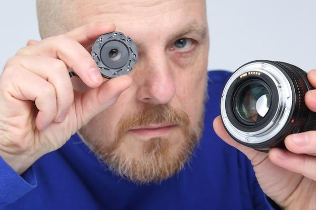 Mężczyzna pokazuje część przysłony obiektywu aparatu