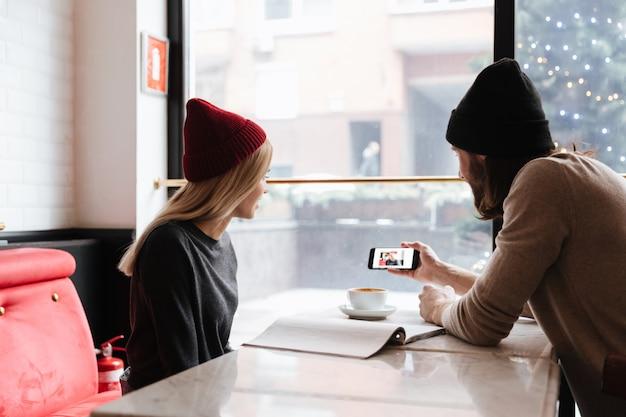Mężczyzna pokazuje fotografię na smartphone