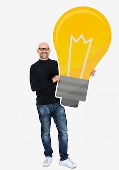 Mężczyzna pokazuje ikonę żarówki