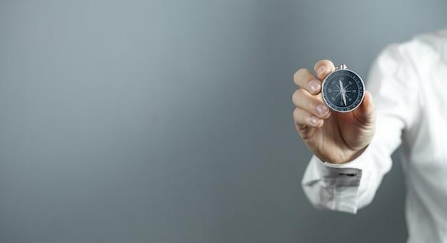 Mężczyzna pokazuje kompas. pomysł na biznes