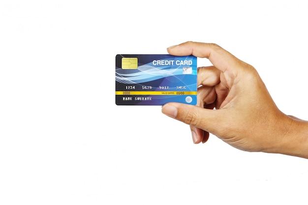 Mężczyzna pokazuje kredytową kartę odizolowywa na bielu