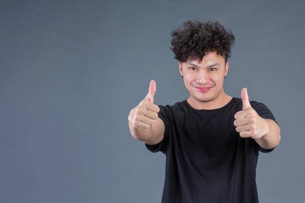 Mężczyzna pokazuje pokazywać kciuk i symbolu ok pojęcie.
