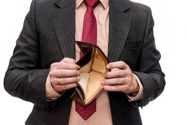 Mężczyzna pokazuje pusty portfel na białym tle