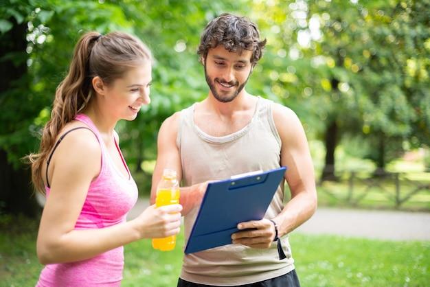 Mężczyzna pokazuje stołowi treningowemu kobieta