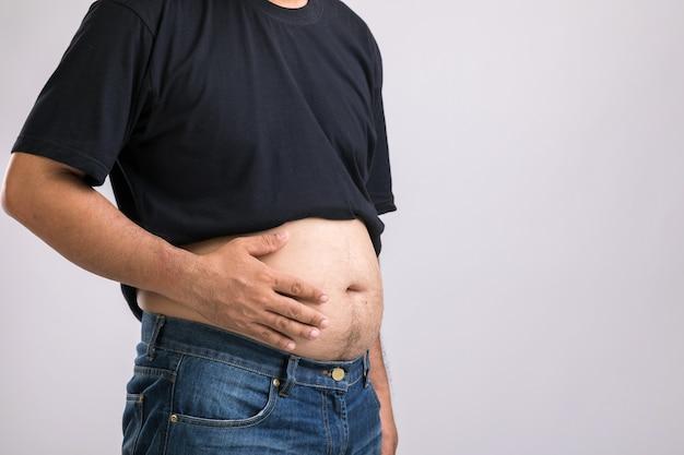 Mężczyzna pokazuje swój duży brzuch