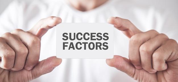 Mężczyzna pokazuje tekst czynników sukcesu. pomysł na biznes
