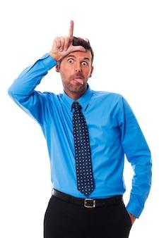 Mężczyzna pokazuje znak języka i przegranego