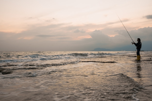 Mężczyzna połów na dennym brzeg