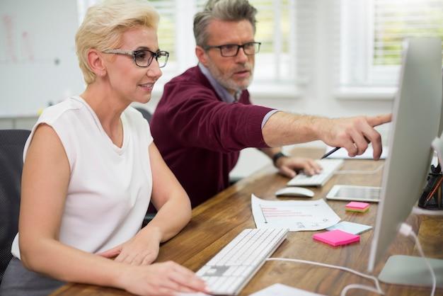 Mężczyzna pomaga swojemu partnerowi w pracy