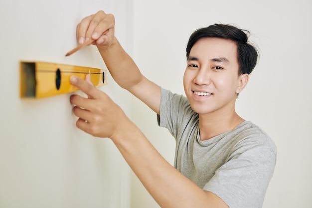 Mężczyzna pomiaru ściany