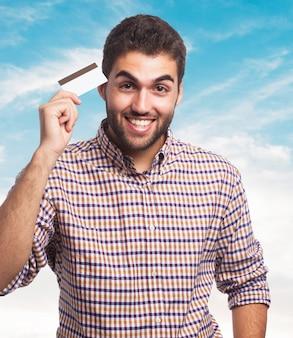 Mężczyzna posiadania karty kredytowej w ręce.