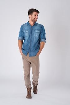 Mężczyzna pozowanie na sobie modę miejską