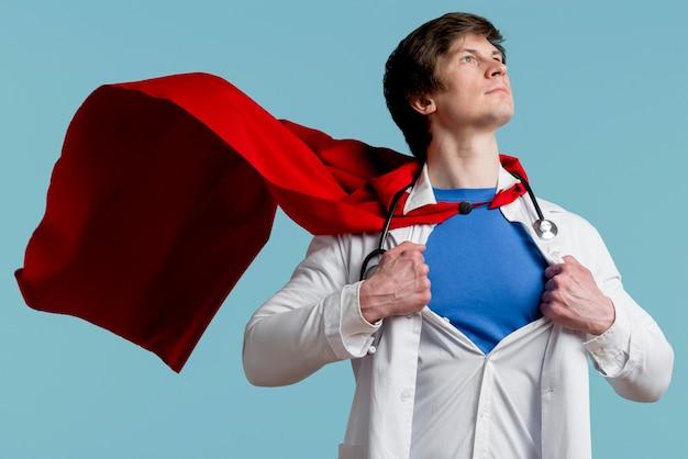 Mężczyzna pozuje jako superbohater