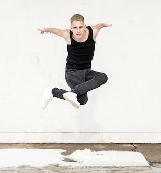 Mężczyzna pozuje podczas gdy tanczący hip hop