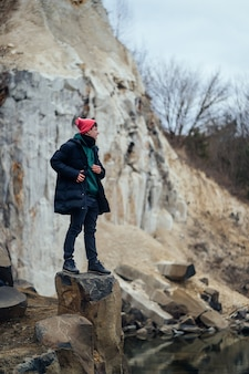 Mężczyzna pozuje w kamieniołomie