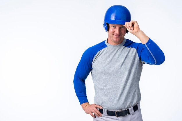 Mężczyzna pozuje z baseballa kapeluszem