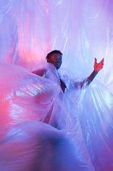Mężczyzna pozuje z folią plastikową