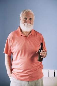 Mężczyzna pozuje z piwem