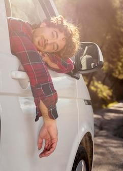 Mężczyzna pozuje z samochodem