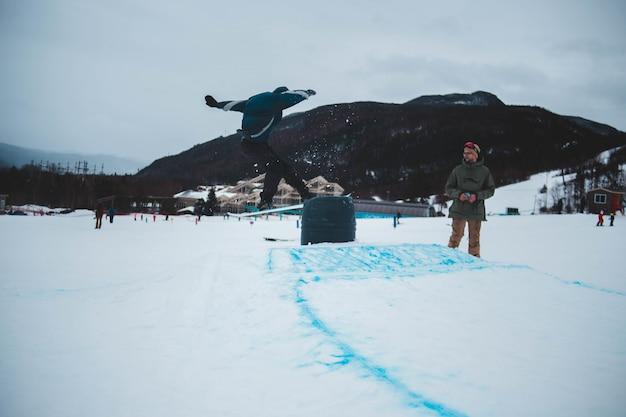 Mężczyzna pozycja na śnieżnym polu