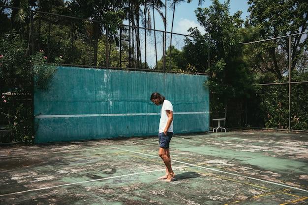 Mężczyzna pozycja w tenisowym sądzie