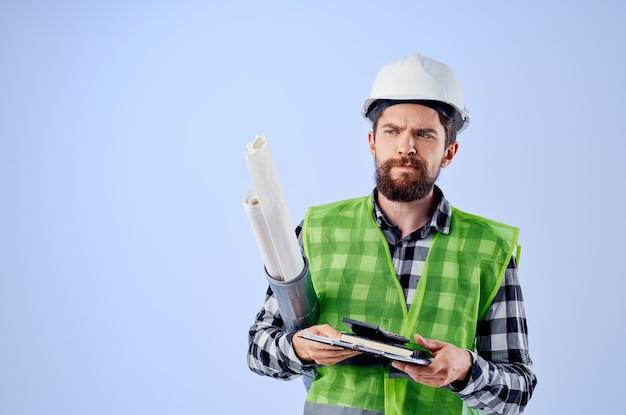 Mężczyzna pracownik budowlany projekt zawód na białym tle