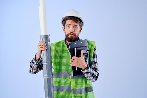 Mężczyzna pracownik w białym kasku projektuje profesjonalny przemysł studyjny