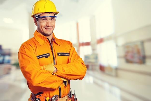 Mężczyzna pracownik w kasku uśmiechający się do kamery