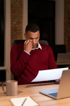 Mężczyzna pracujący do późna nad projektem