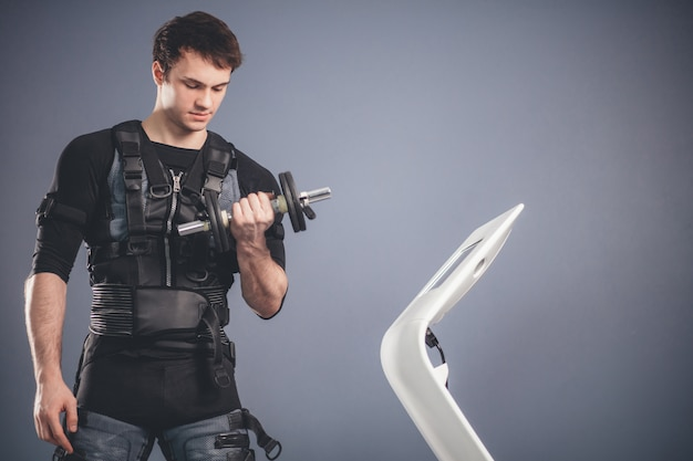 Mężczyzna pracujący ems trening z dumbbell