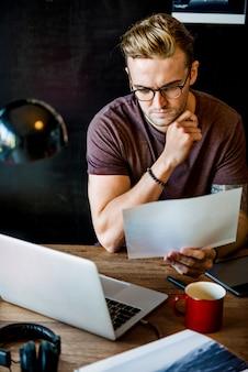 Mężczyzna pracujący podłączeniowy cyfrowych przyrządów pojęcie