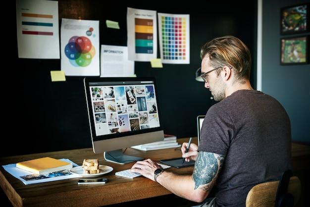 Mężczyzna pracujący projekta graficznego projektanta pojęcie